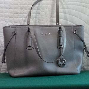 HANDBAG,MICHAELKORS LEATHER GRAY, NEW WITHOUT TAGS
